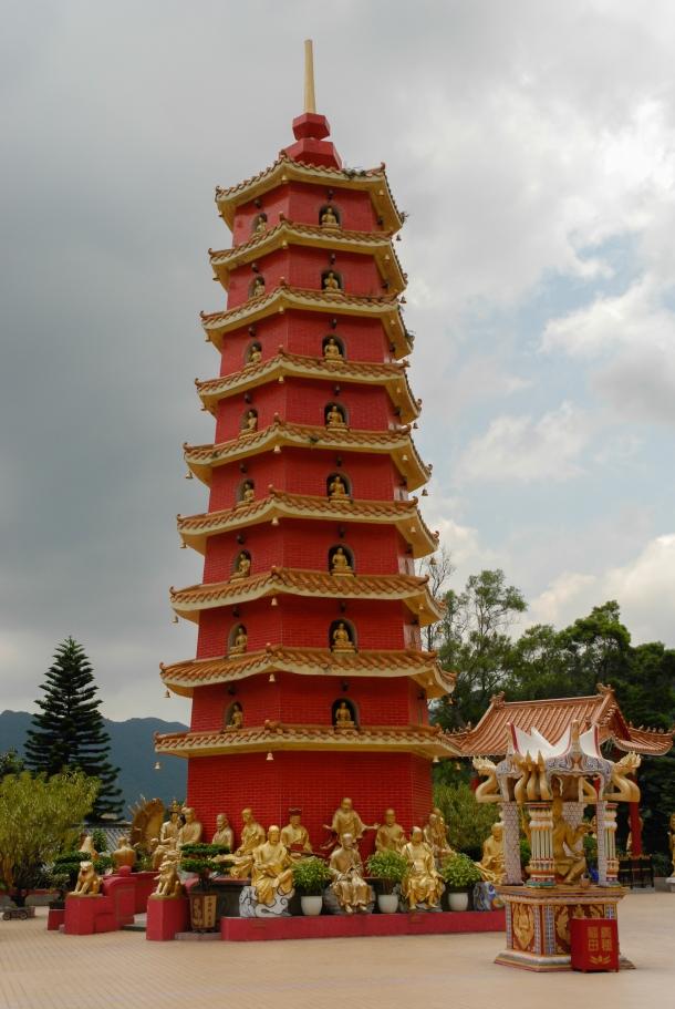 Świątynia 10 Tysięcy Buddów i wszechobecny czerwony kolor