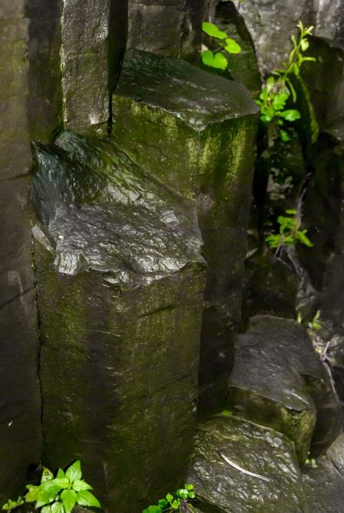Kolumny bazaltowe z bliska