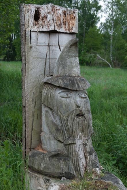 Droga do plaży na Zalewem Szczecińskim i ciekawy pomysł: w paniach wyciętych, wymarłych drzew wyrzeźbiono postacie z bajek