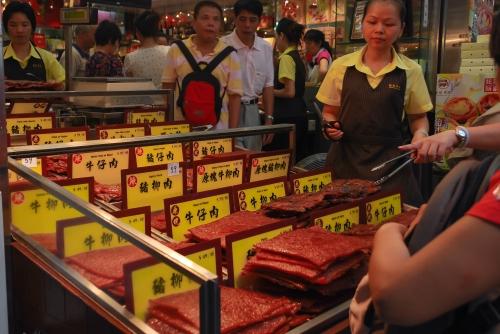 Tutejszy smakołyk, czyli suszone płaty mięsa.