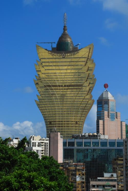 Kontrasty Makau - na pierwszym planie odrapane czynszówki, a w tle - luksusowy, 47-piętrowy hotel-kasyno