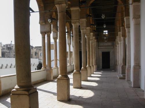 Zewnętrzna galeria meczetu Al-Zaytuna w Tunisie. Meczet jest najstarszy w Tunisie (wzmianki o nim datuje się na VIII w. n.e.), zaś znajdujących się w nim 160 kolumn pochodzi z ruin Kartaginy.