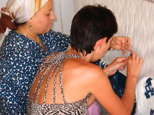 W domu mojego arabskiego przyjaciela. Jego matka Raouda uczy mnie tkania dywanów.