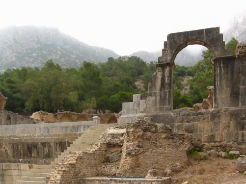 Tajemnicze Zaghouan, położone u podnóża gór Dorsale. Woda ze źródeł była doprowadzona akweduktami aż do położonej 100 km dalej Kartaginy. Na zdjęciu rzymska Świątynia Wody