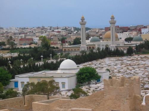 Monastyr - widok z ribatu (czyli ufortyfikowanego klasztoru muzułmańskiego) Harthema. Niewielki Monastyr jest jako miejsce urodzin pierwszego prezydenta niepodległej Tunezji - Habiba Burguiby